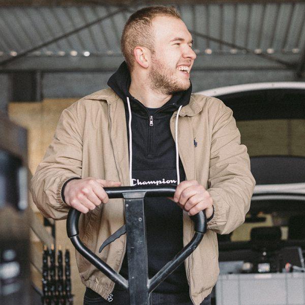 Yannick-mit-Hubwagen